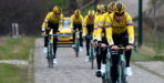 Wout van Aert showt truitje Jumbo-Visma tijdens verkenning Omloop