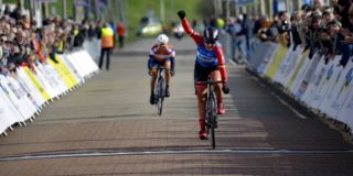 Lisa Brennauer klopt Anouska Koster in middagrit Healthy Ageing Tour